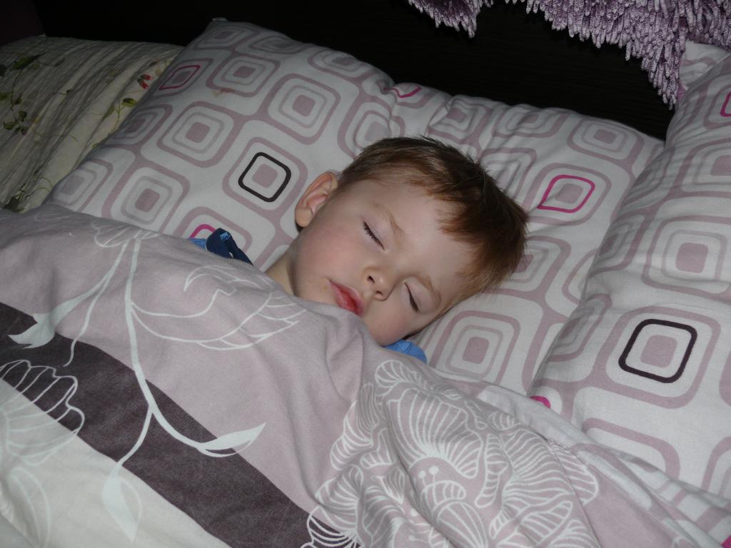 Spanie dziecka z rodzicami